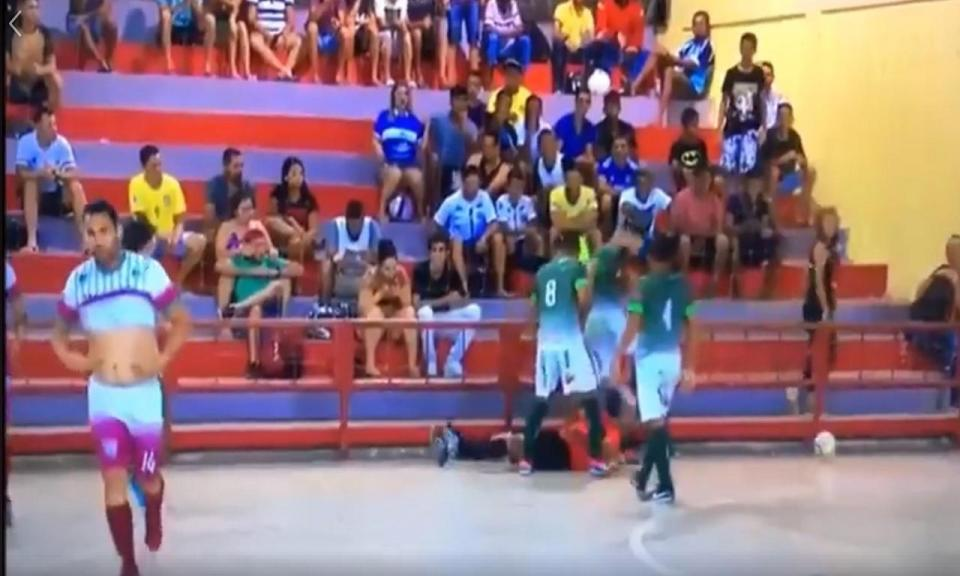 VÍDEO: árbitro de futsal brutalmente agredido no Brasil