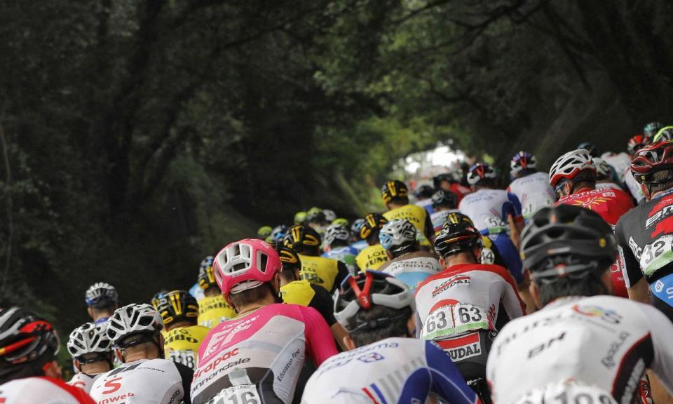 Ciclista feminina obrigada a parar por se aproximar de pelotão masculino