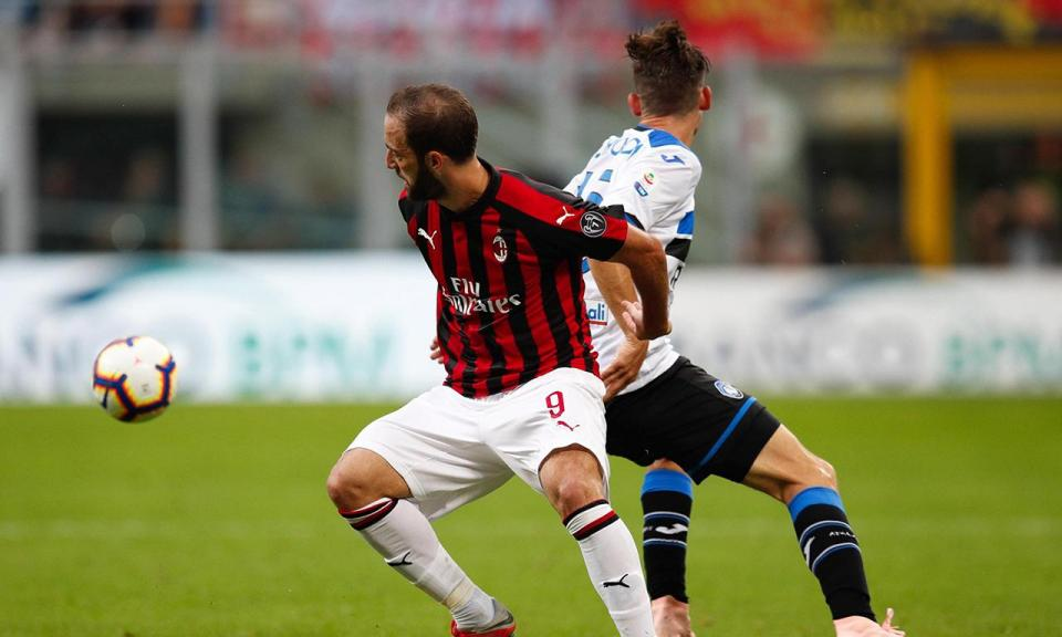 Milan deixa-se empatar no fim e continua a meio da tabela