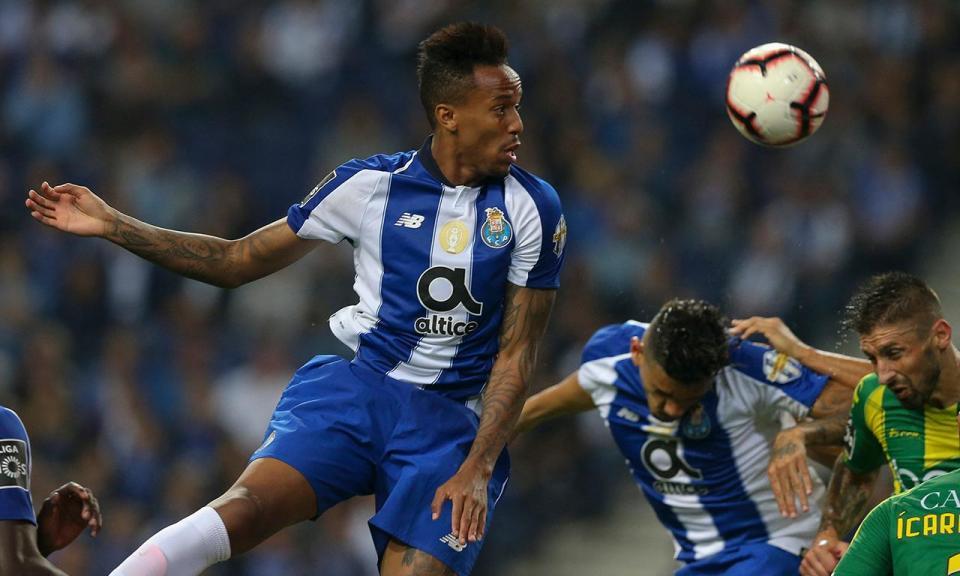 FC Porto: Militão recebe prémio de defesa do mês de setembro