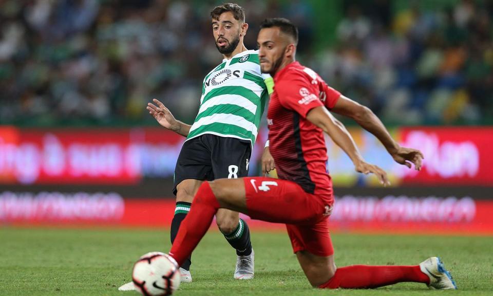 Bruno Fernandes endossou o prémio «Homem do Jogo» a Carlos Mané