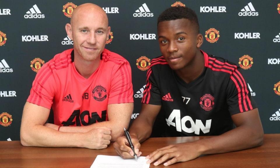 Manchester United assina contrato profissional com jovem promessa