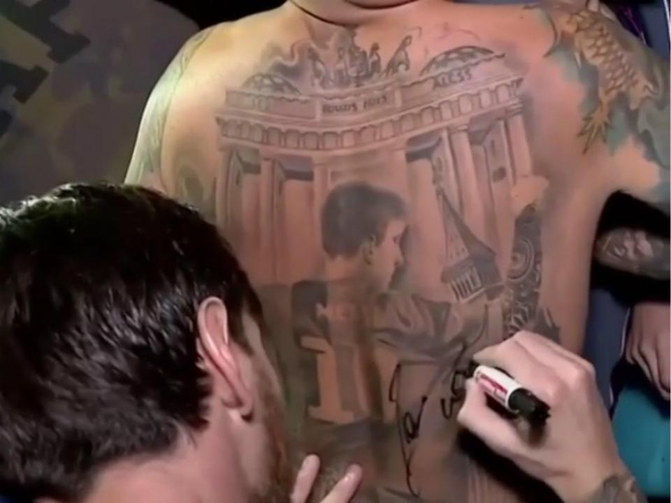 Vídeo: Messi autografa tatuagem gigante de adepto
