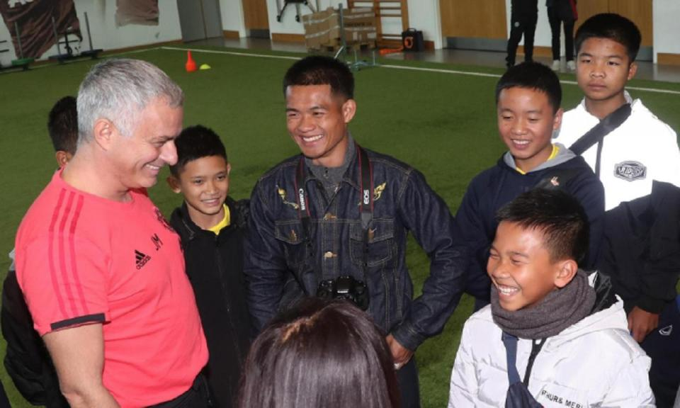 FOTOS: Man Utd de José Mourinho visitado pelos jovens da gruta da Tailândia