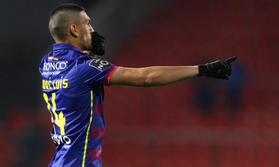 VÍDEO: Cláudio Ramos defende penálti, mas André Luís marca na recarga