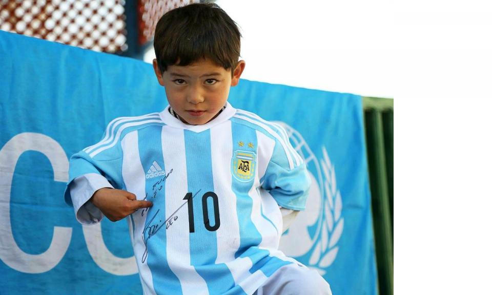 Menino da «camisola» de plástico forçado a deixar o Afeganistão