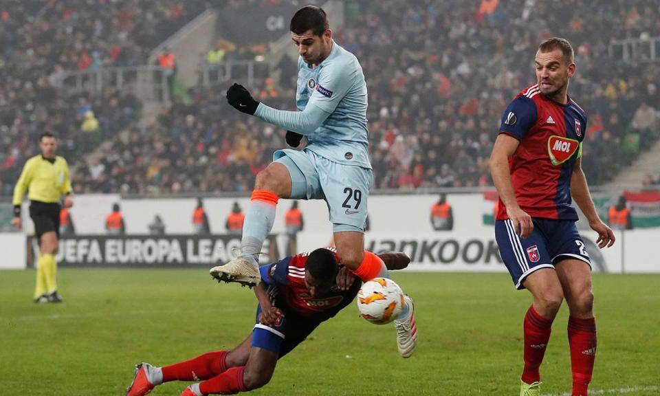 Chelsea: Morata sai lesionado num joelho na Hungria