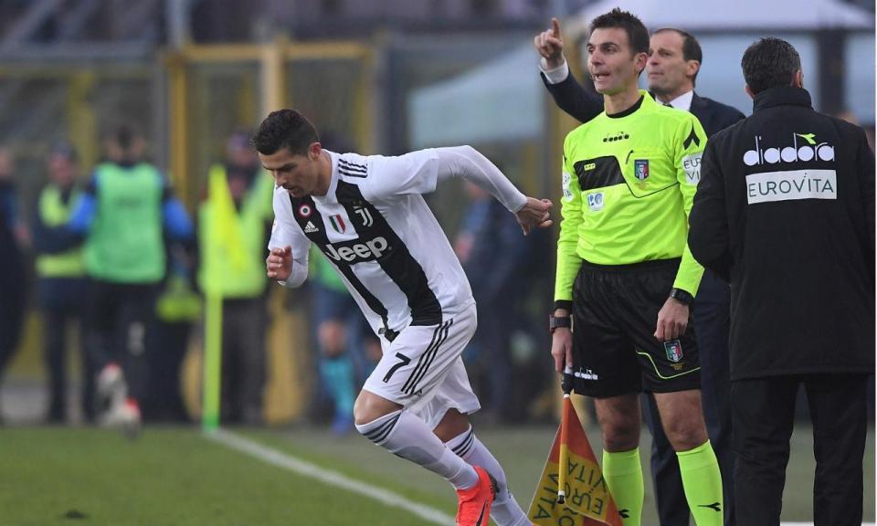 459b3c9f5 VÍDEO  Ronaldo salta do banco