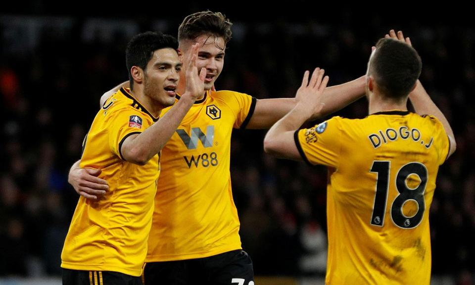 Jiménez e Rúben Neves marcam e Wolves eliminam Liverpool