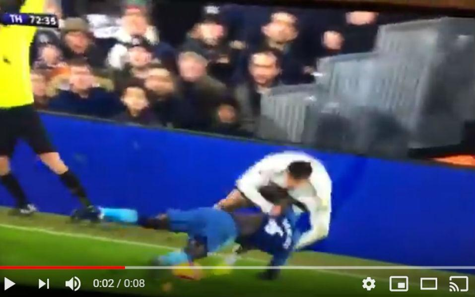 VÍDEO: no Fulham-Tottenham ficou a dúvida, era futebol ou... wrestling?