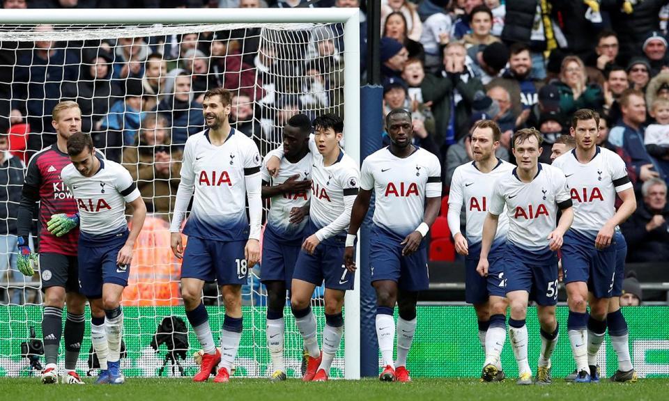 Ricardo Pereira assiste na derrota do Leicester em Londres