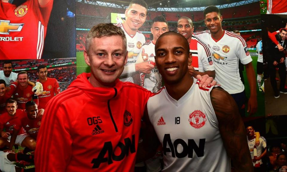 Manchester United: Ashley Young renova até 2020