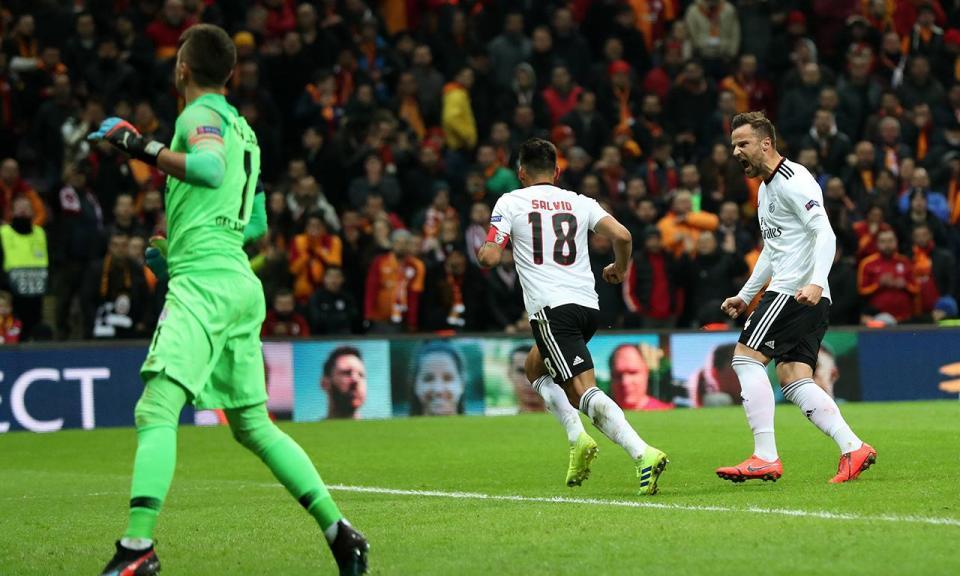 Benfica: Salvio é baixa por pelo menos um mês