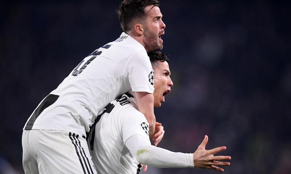 VÍDEO: Ronaldo recebido em euforia num restaurante após hat-trick