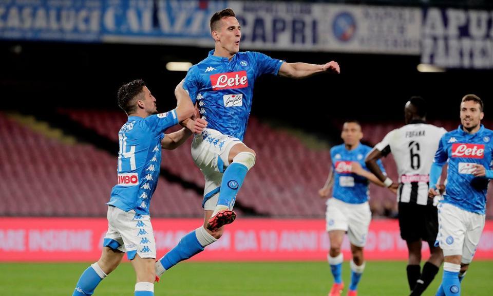 Nápoles vence Udinese e encurta distância para a Juventus