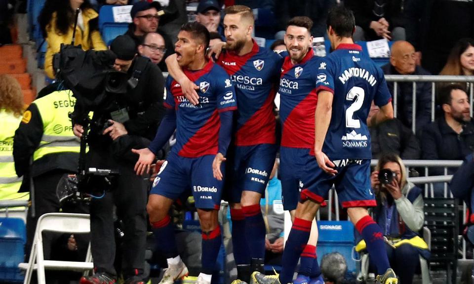 VÍDEO: sem deixar cair, o golaço que dá esperança ao Huesca