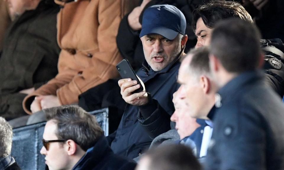 Mourinho «apanhado» na bancada no Fulham-Everton