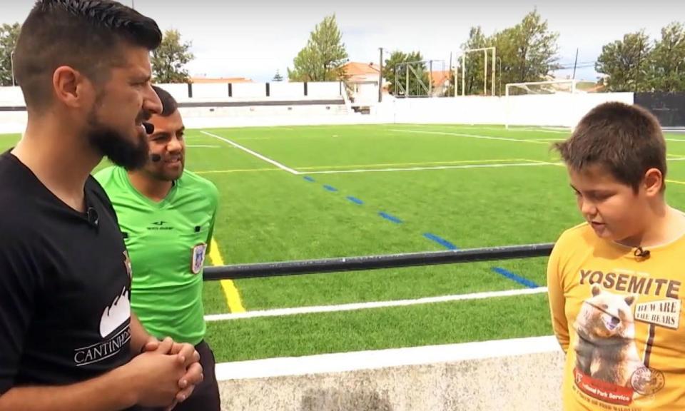 VÍDEO: o reencontro do miúdo de 11 anos com o árbitro a quem pediu desculpa