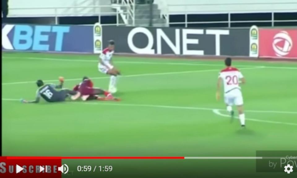 VÍDEO: guarda-redes choca com colega e parte as duas pernas