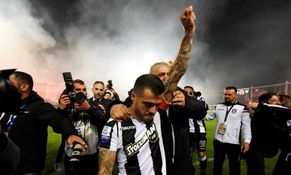 VÍDEO: emocionante entrada do lesionado Vieirinha na consagração do PAOK