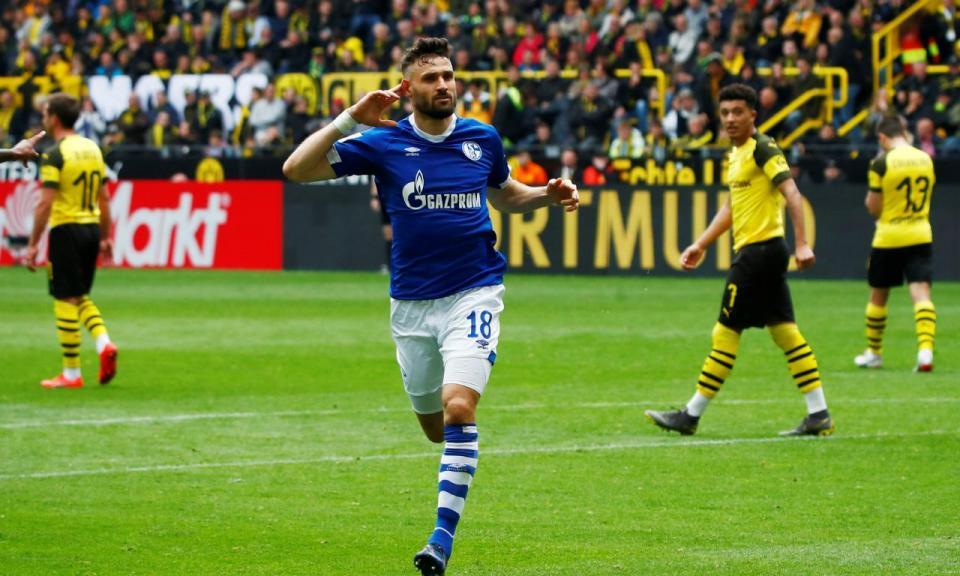 Dortmund teve uma tarde de terror, perdeu o dérbi e ficou longe do título