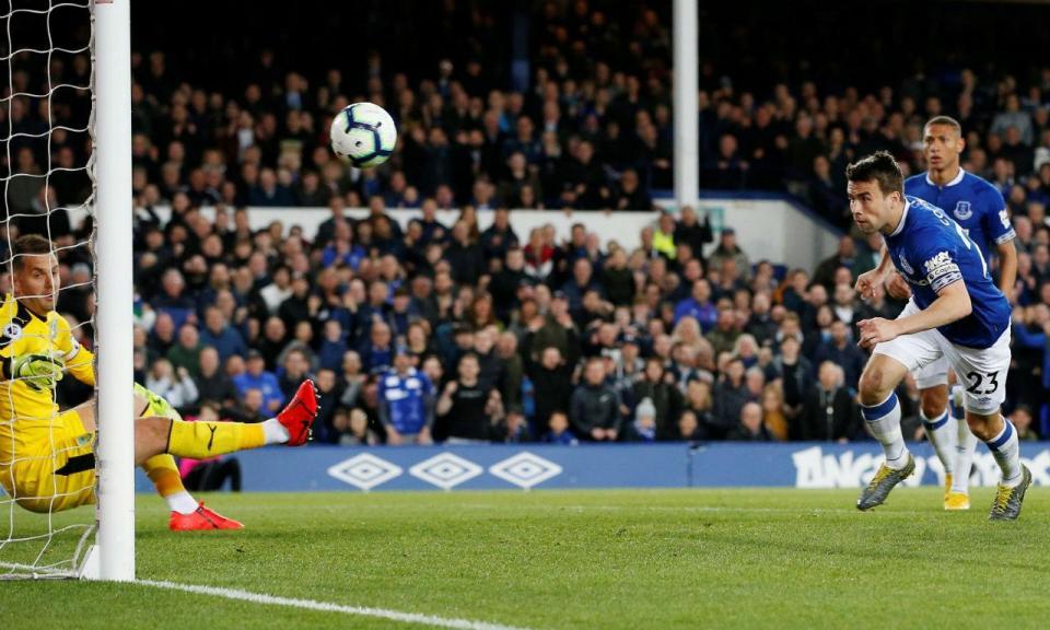 Três minutos, dois golos: Marco Silva vence última jornada caseira