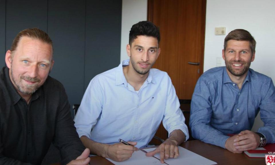 OFICIAL: Estugarda contrata Atakan Karazor ao Holstein Kiel