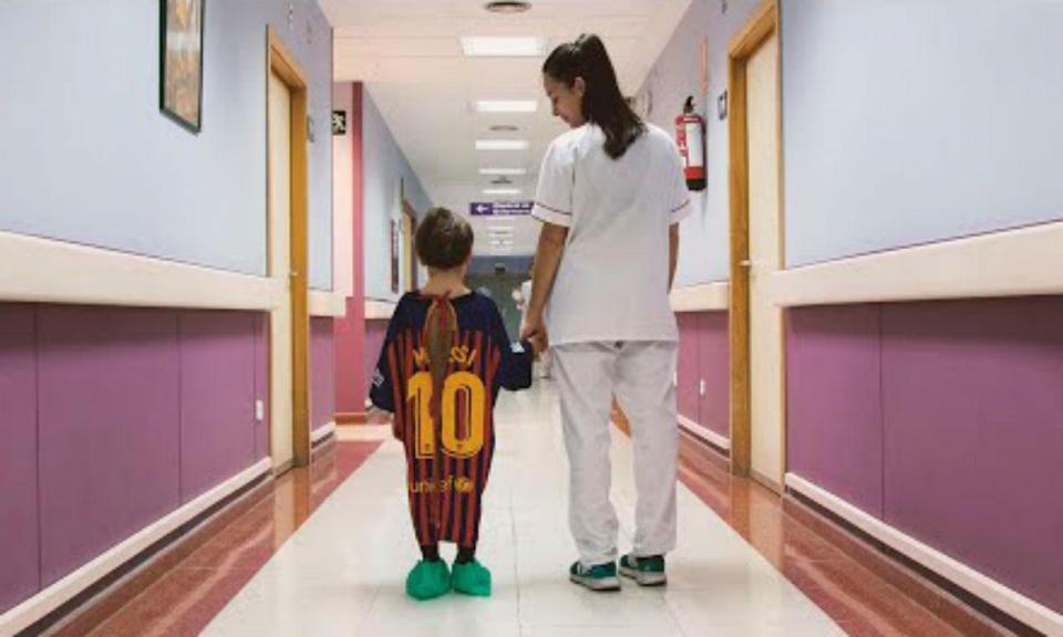 VÍDEO: a tremenda campanha que transforma camisolas em batas de hospital