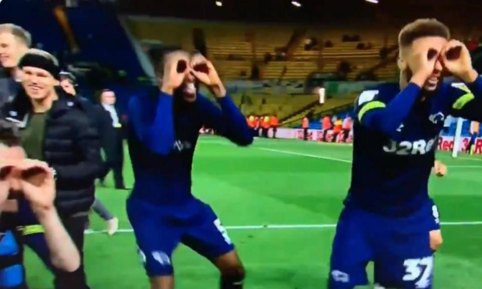 VÍDEO: jogadores do Derby County provocam Bielsa com «binóculos»