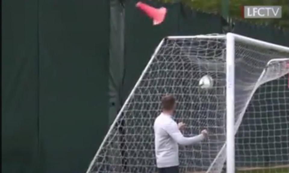 VÍDEO: Salah mostra que tem a pontaria bastante afinada