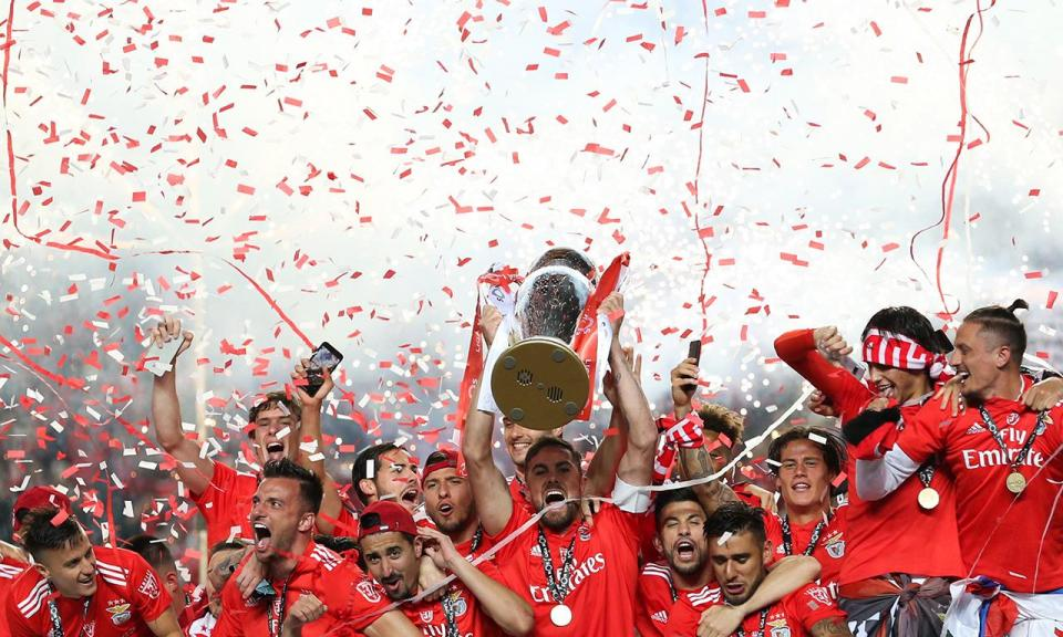 VÍDEO: o momento em que a taça foi entregue aos jogadores do Benfica