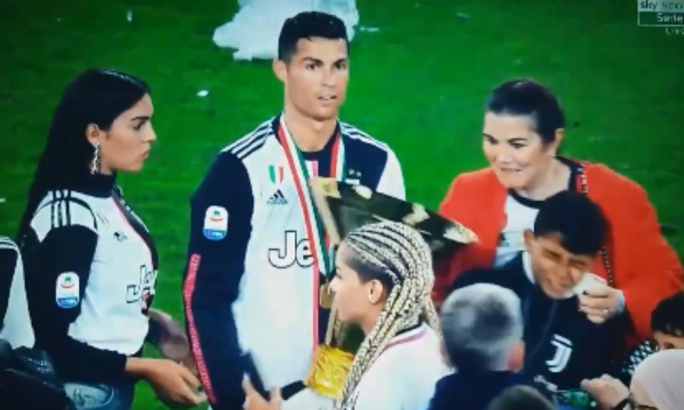 VÍDEO: Ronaldo não «aguentou» peso da taça e quem sofreu foi Cristianinho